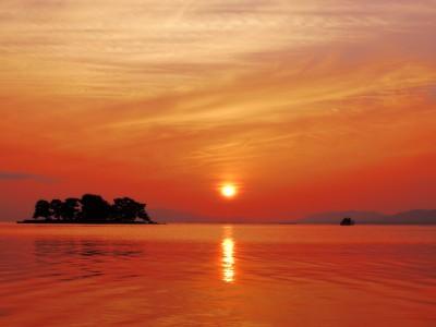 教習所のそばには、水の都松江の中でも、特に美しい夕景で知られる宍道湖があります。これほどロマンチックな夕日を楽しみながら合宿ができるのは、島根自動車学校だけです。