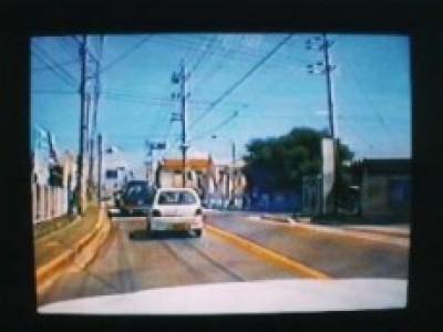カースクール多度津では、最新設備をいち早く導入しています。路上教習において教習車に搭載した3台のカメラがあなたの運転を映像化。リアルタイムで前方、後方、ドライバーを撮影し録画もできます。