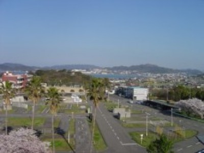 関西自動車学院では、広々としたコースで瀬戸内海を眺めながら教習できます♪気候もとても温暖なので、気持ちよく運転することができちゃいますよ!