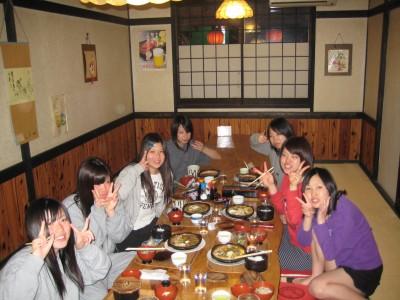 食事はホテル内のレストランで、仲間と一緒に食べれます!朝食は何とバイキング形式!