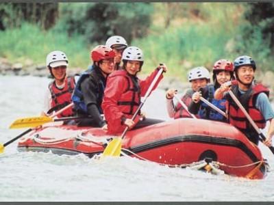 日本の三大急流の一つ、球磨川が目の前にあるため、合宿中の自由時間にラフティングができます!旅館が提携しているため料金も格安♪多良木の合宿に参加するならぜひ!