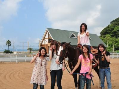 五島自動車学校の合宿最大の魅力は、乗馬体験ができること!合宿で初めて馬に触れたという人も♪自然はもちろん、動物との触れ合いも楽しめます。