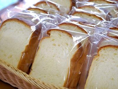 食事はログハウス風レストランで3食提供!しかも嬉しい食べ放題です!パンももちろん食べ放題で、用意されているトースターを使って焼きたてを食べられますよ。