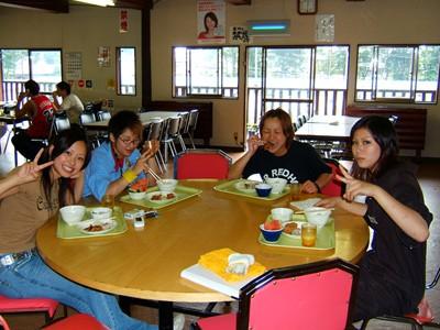 学校敷地内にあるログハウス風レストランで。バイキング形式の食事だから、皆でワイワイおしゃべりしながら料理を選ぶのも楽しいですね。