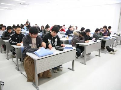 学科教室は広く、学校が混み合う長期休暇の時期でも余裕があります。大きなスクリーンもあるので後ろの席でも安心です♪
