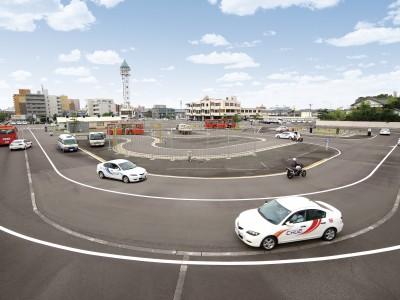 新潟中央自動車学校の教習コースはこんなに広々。まだ運転に慣れていない教習生でもこれなら安心して教習に臨めます。