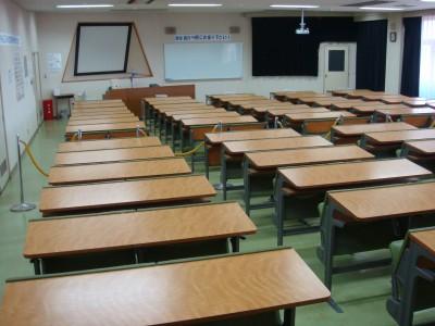 広い学科教室は大人数でも収容可能♪机は階段状に並んでいるため、後ろの席からでもスクリーンがしっかり見えて安心です。