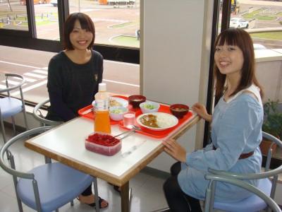 学校内の食堂で友達とランチ。新潟はお米の産地としても有名です。食堂で出されるお米はもちろん新潟県産!美味しいご飯に思わず笑顔がこぼれます♪