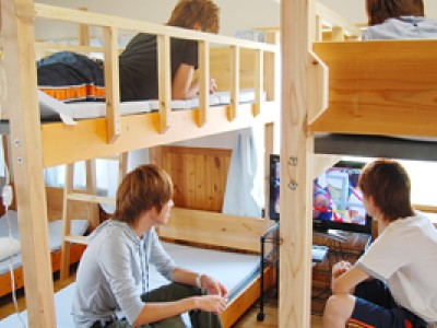男性宿舎の部屋にはゲームが設置されています。
