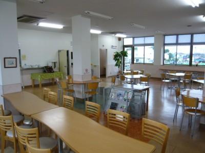 食事はスクール隣にある食堂で。毎日メニューの異なる定食が提供されるため、飽きることなく美味しいご飯が食べられます。ゆとりのある広さなのもうれしいポイントですね♪