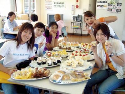 行田自動車教習所では、毎月2回ケーキバイキングを行っています。教習をがんばっている自分へのごほうびとして、たくさん食べちゃいましょう♪<br>※当面の間中止しております