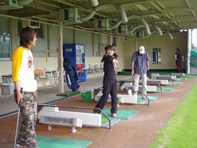 教習所の入校として、隣接する教習所直営のゴルフクラブを無料で利用可能。これを機にゴルフデビューしてみてはいかがでしょうか♪