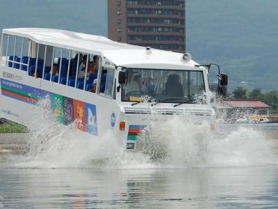 宿泊先は諏訪湖の湖畔に隣接するホテル。湖畔の散歩もおすすめですが、水陸両用観光バスでの諏訪湖観光は特におすすめです!
