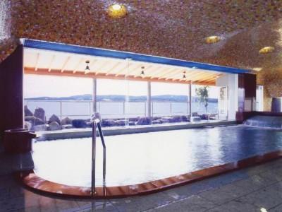 宿泊プランには温泉付きのプランもあります。いつでも入り放題の温泉にゆっくり浸かって、心も体も温めましょう♪