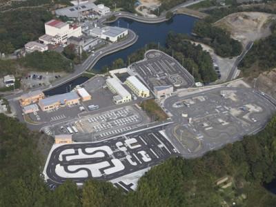 ドライビングスクールかいなんは整備された大型教習コース。和歌山では唯一の二輪専用のコースもあり、四輪を気にせず安心して二輪走行の練習もできます。自然に囲まれたとても快適な環境です。 2014年4月新二輪コース・2014年7月新四輪コース・2012年宿舎ドリーム2が完成しました!!