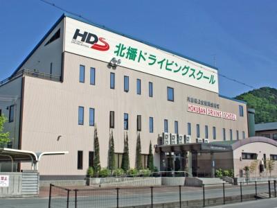 北播ドライビングスクールの最寄り駅は、大阪駅から約1時間と抜群のアクセスの良さが特徴です。校舎も綺麗でおすすめです♪