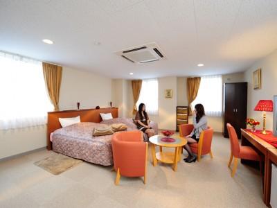 高梁自動車学校の宿泊施設は、ホテルにも全く引けを取りません!とってもおしゃれな雰囲気の部屋で、リラックスしながら教習を進められます。