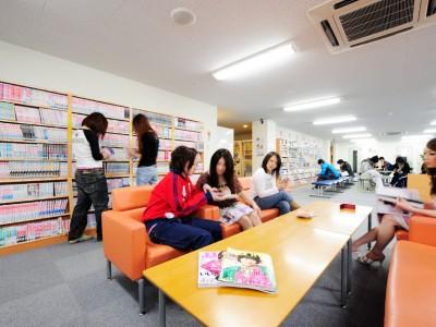 コミックルームには、マンガがなんと5000冊!教習所にいるのに、休憩中にはまるでマンガ喫茶でくつろいでいるような気分を味わえちゃいます♪
