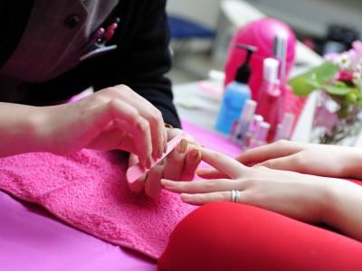 女性に嬉しいネイルケア一回無料サービス!高梁自動車学校では、合宿中でもネイルケアや歯の美白コースなどのビューティケアが受けられるんです。