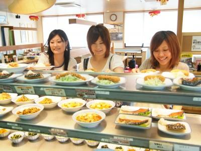 おいしい食堂。3食の食事は提携食堂(バス5分)でお取りいただきます。メニューも豊富なので毎日楽しみですね。